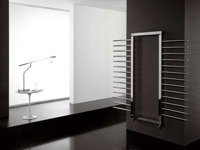 Foto allegata: DELTACALOR_Movesystem, amb, dett.jpg MOVE SYSTEM: radiatore dal collettore verticale girevole che permette di creare disegni e forme funzionali infinite con il movimento dei suoi elementi. Una proposta estremamente flessibile e dall'elevata potenza radiante, esposta al M.A.D. di New York. Altezze disponibili collettore: cm 94/154/194 (16/28/36 tubi). Larghezze disponibili tubi: cm 40/50/60. Resa termica: ∆t50° min 354 max 1.102 W