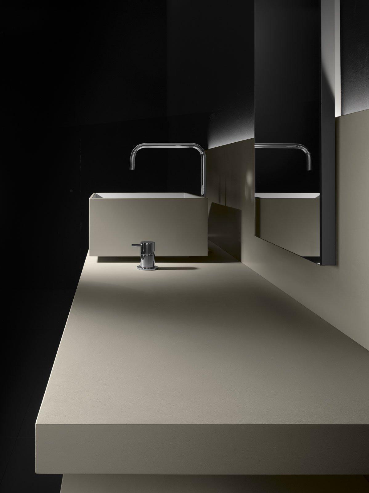 Linea Sintesi, di Milldue, con lavabo Step 45 Milltek con l'esterno in argilla Polvere.