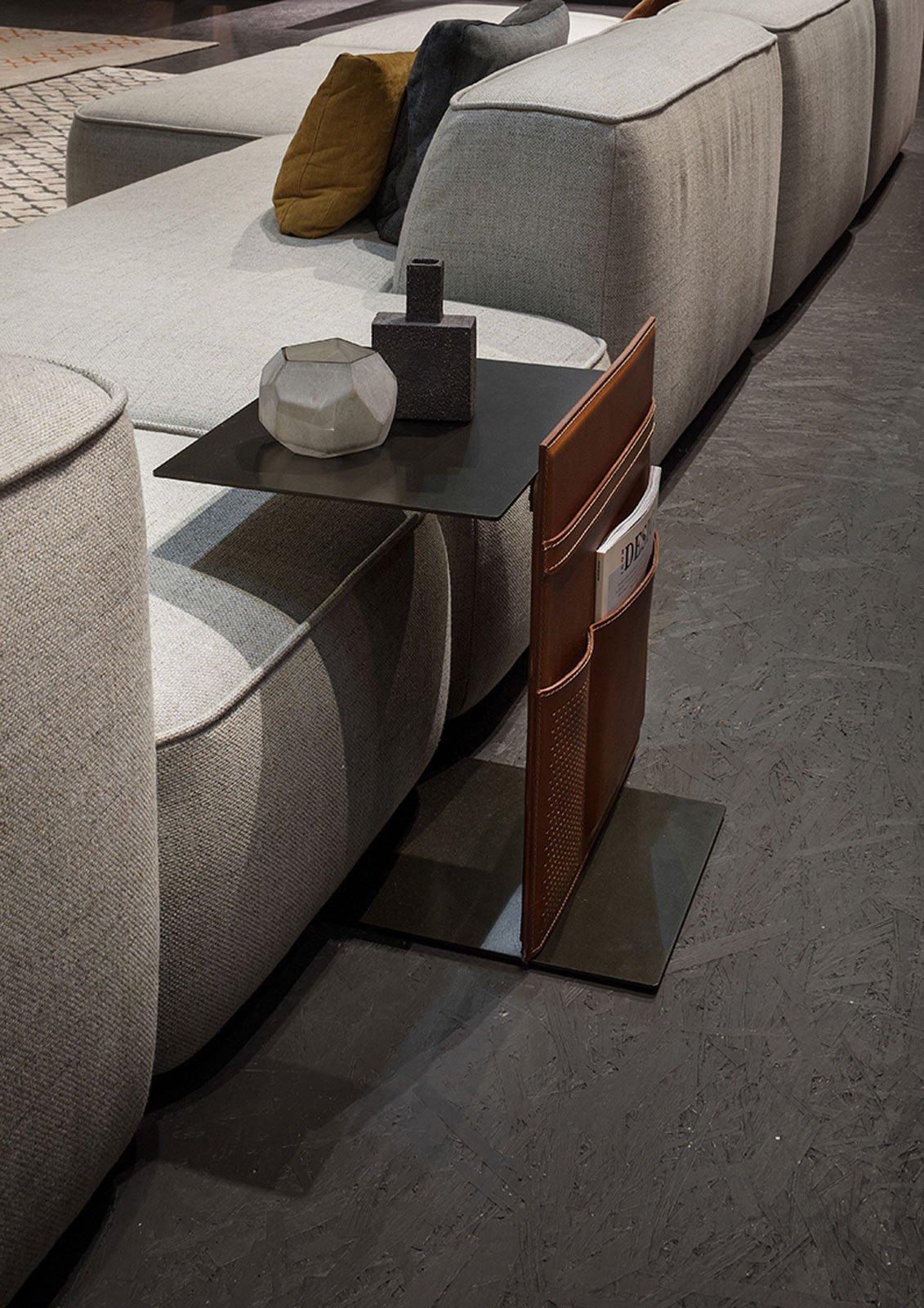 Divani i modelli attrezzati con piani d 39 appoggio e vani - Tavolino divano ...
