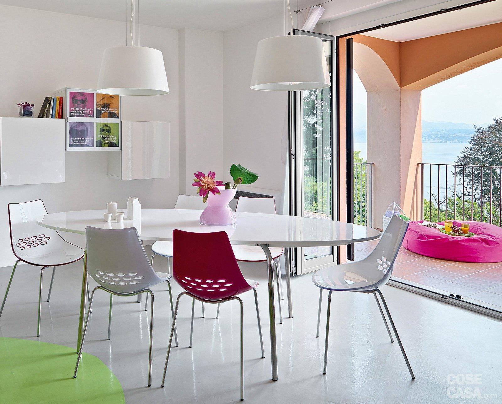 Una casa dallo stile giovane a tinte shocking cose di casa - Tavolo riunioni ovale ikea ...