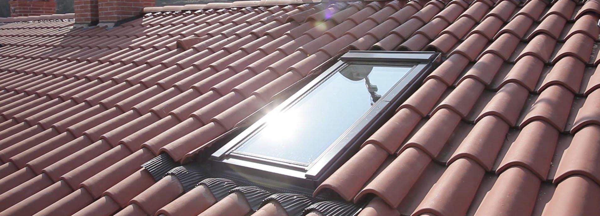 Finestre per tetti: come scegliere il lucernario adatto. Guarda anche il video della messa in ...