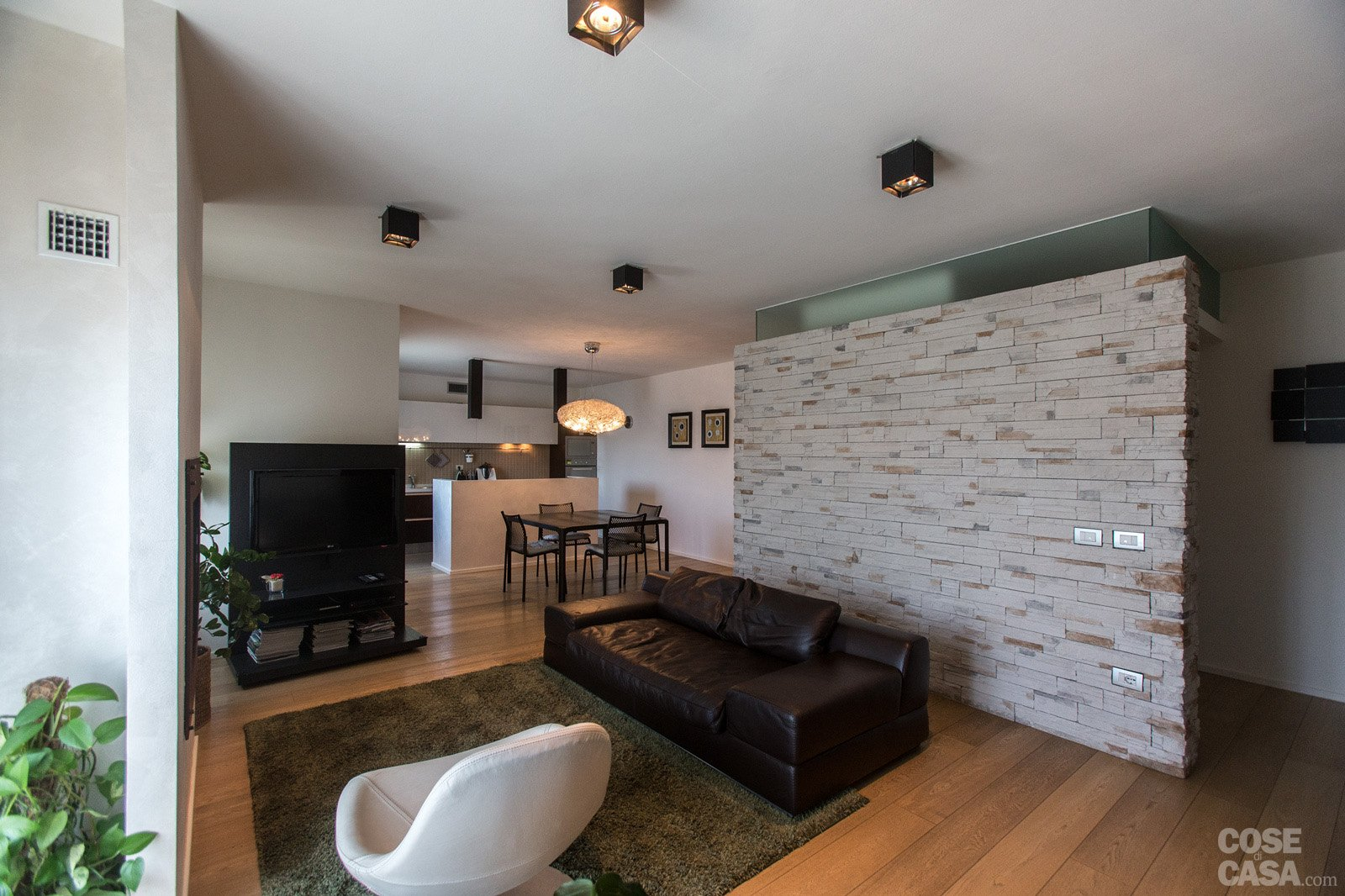 Parquet In Cucina E Bagno : 110 Mq: Una Casa Con Pareti D'effetto  #945F37 1600 1066 Programma Professionale Per Progettare Cucine