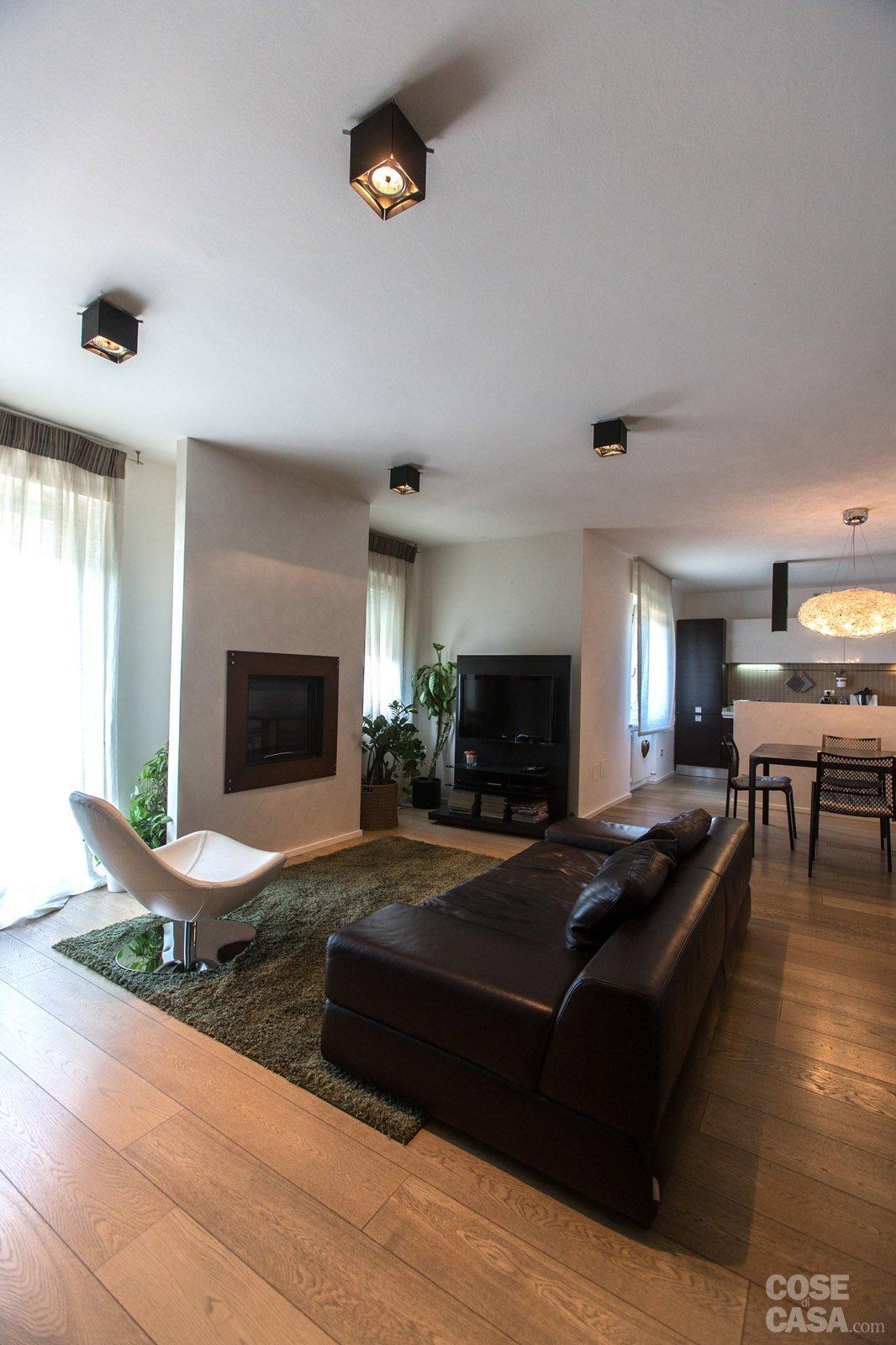 110 mq una casa con pareti d 39 effetto cose di casa - Parete attrezzata con divano ...