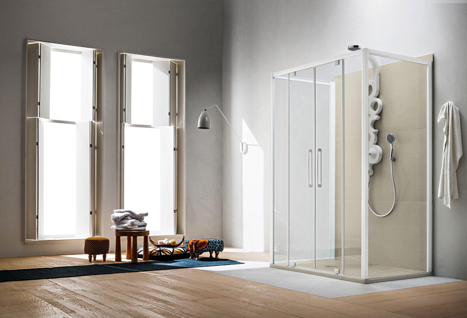 Ha profilo bianco seta e lastra trasparente, la cabina doccia a parete Perseo di Arblu con due ante saloon centrali di 140 cm. Dotata di due lati aggiuntivi per il piatto doccia di 90 cm, è alta 200 cm. Prezzo 2.178 euro. www.arblu.it