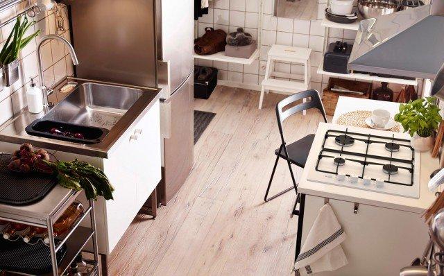 È in laminato bianco la base con lavello in acciaio Metod/Veddinge di Ikea con piedini inox.Misura L 80 x P 63,5 x H 90,8 cm. Prezzo 371 euro.www.ikea.it