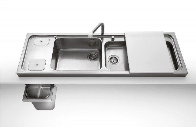 Il lavello serie Liberi in cucinadi Alpes Inox è dotato di vasca profonda e di una da 8 cm, entrambein acciaio inox. Il tagliere scorrevoleè in polietilene bianco. Misura L 158 xP 50 cm. Iva esclusa prezzo1.760 euro.www.alpesinox.com