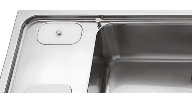 ACCIAIO INOX:È sempre molto diffuso in cucina per le sue proprietà di igienicità e resistenza agli urti, ma anche perché si abbina facilmente con gli altri materiali, legno e vetro temperato compresi.La più diffusa è la versione satinata, spesso con speciali trattamenti antimpronta che evitano la formazione di aloni in superficie.