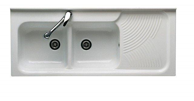 È in ceramica bianca il lavello Arno di Ceramica Dolomite dal design semplice ed essenziale.Con due vasche puòavere il gocciolatoioa sinistra o a destra. Misura L 120 x P 50 cm. Prezzo418 euro.www.ceramicadolomite.it
