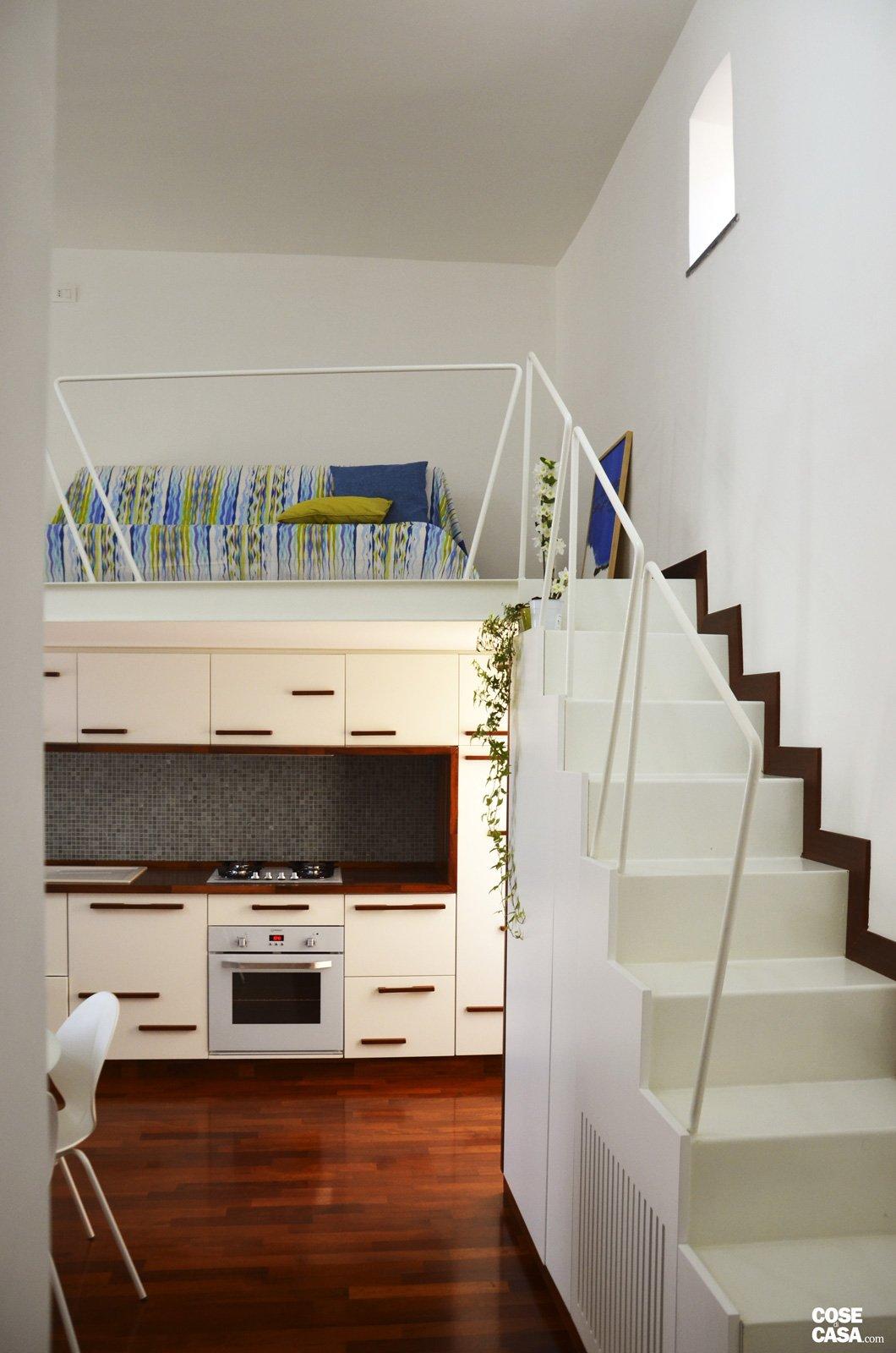 Un mini appartamento di 50 mq che sfrutta l 39 altezza dei for Registrare i piani di casa con soppalco