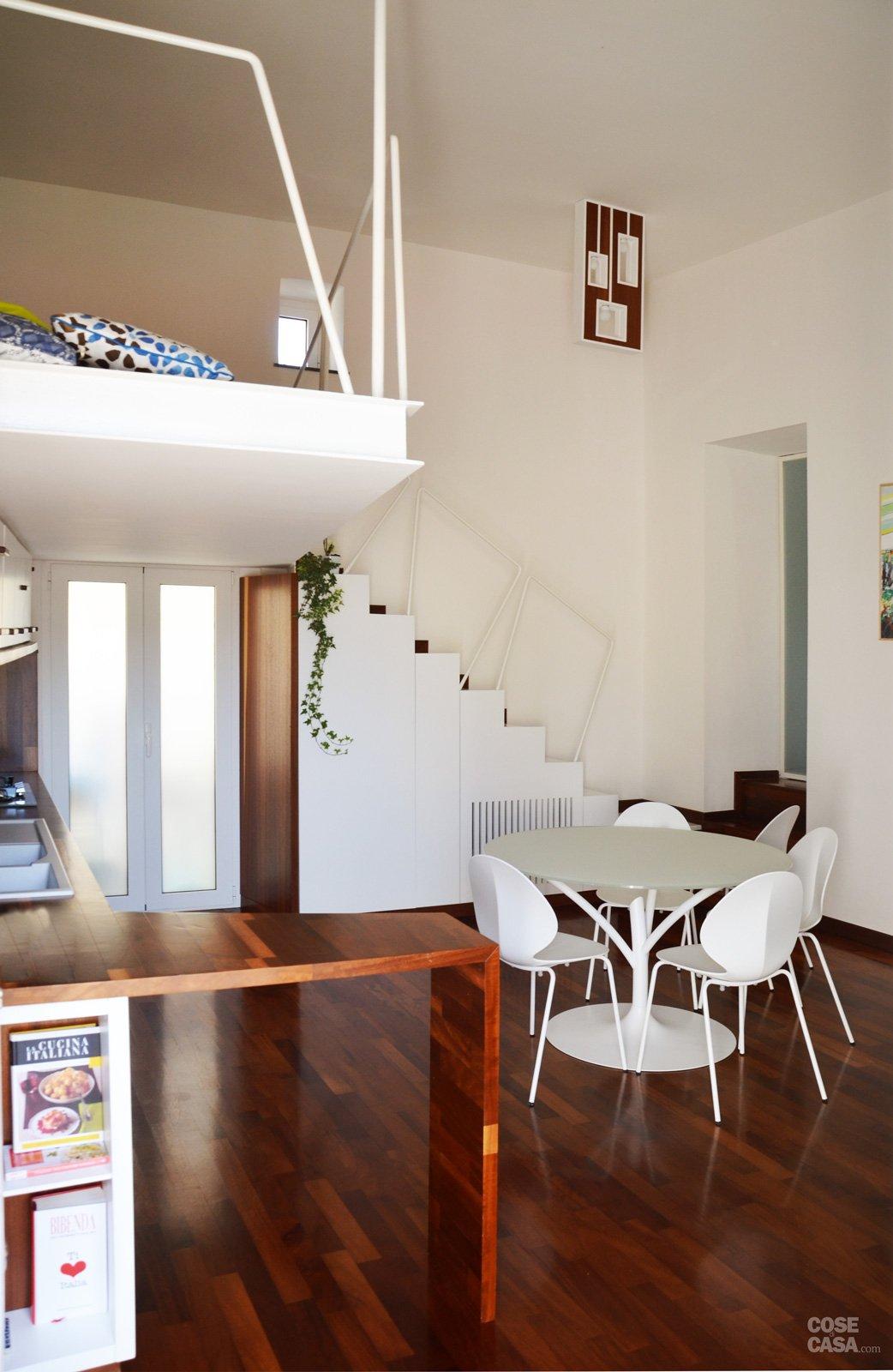 Un mini appartamento di 50 mq che sfrutta l 39 altezza dei for Case piccole con soppalco