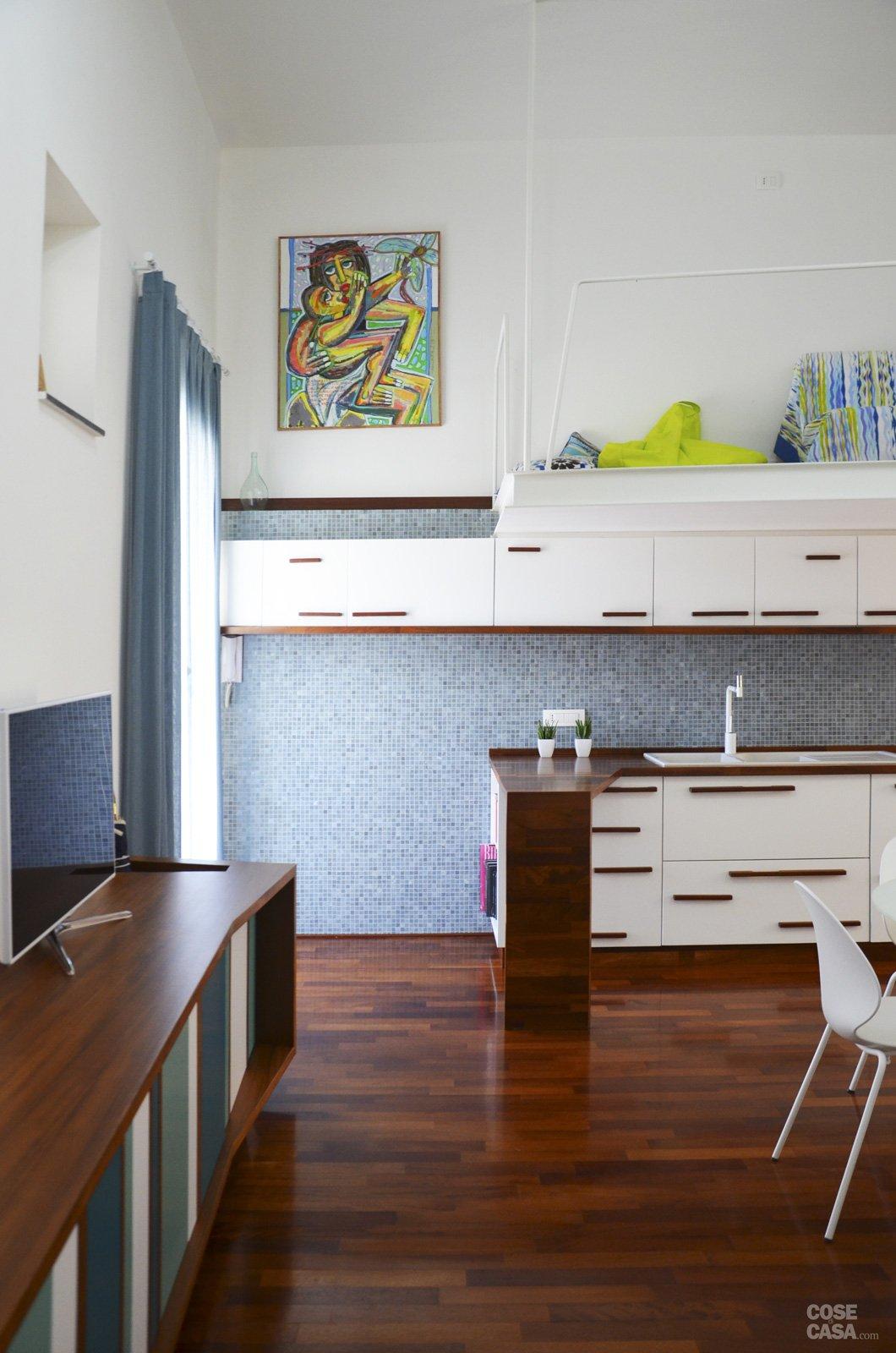 Un mini appartamento di 50 mq che sfrutta l 39 altezza dei - Camera da letto con parquet ...