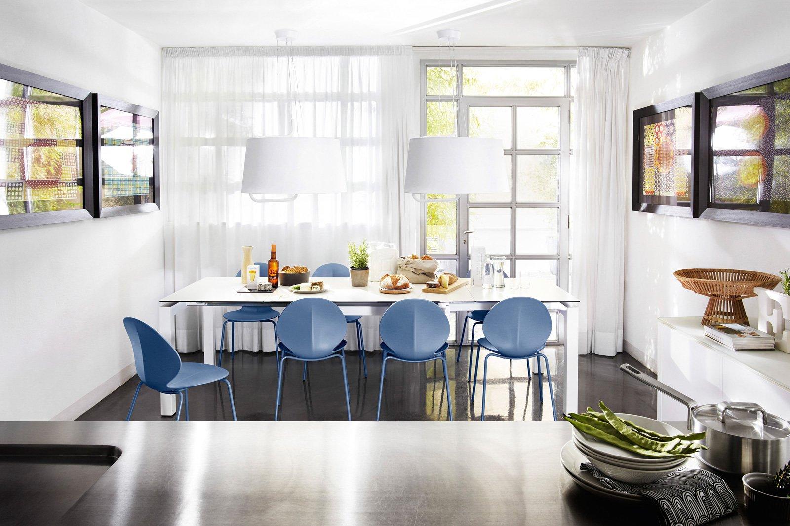 Arredare la zona pranzo tavolo sedie servizi di piatti for Sedie blu cucina