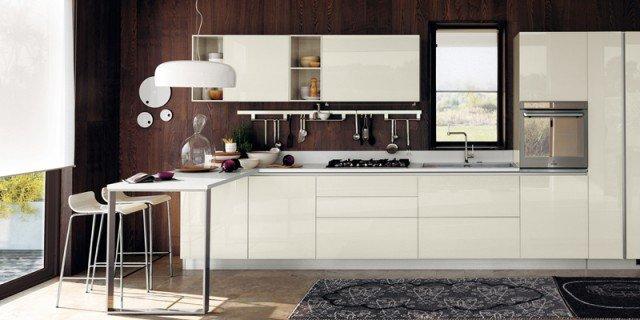 Tanto bianco e la cucina raddoppia visivamente