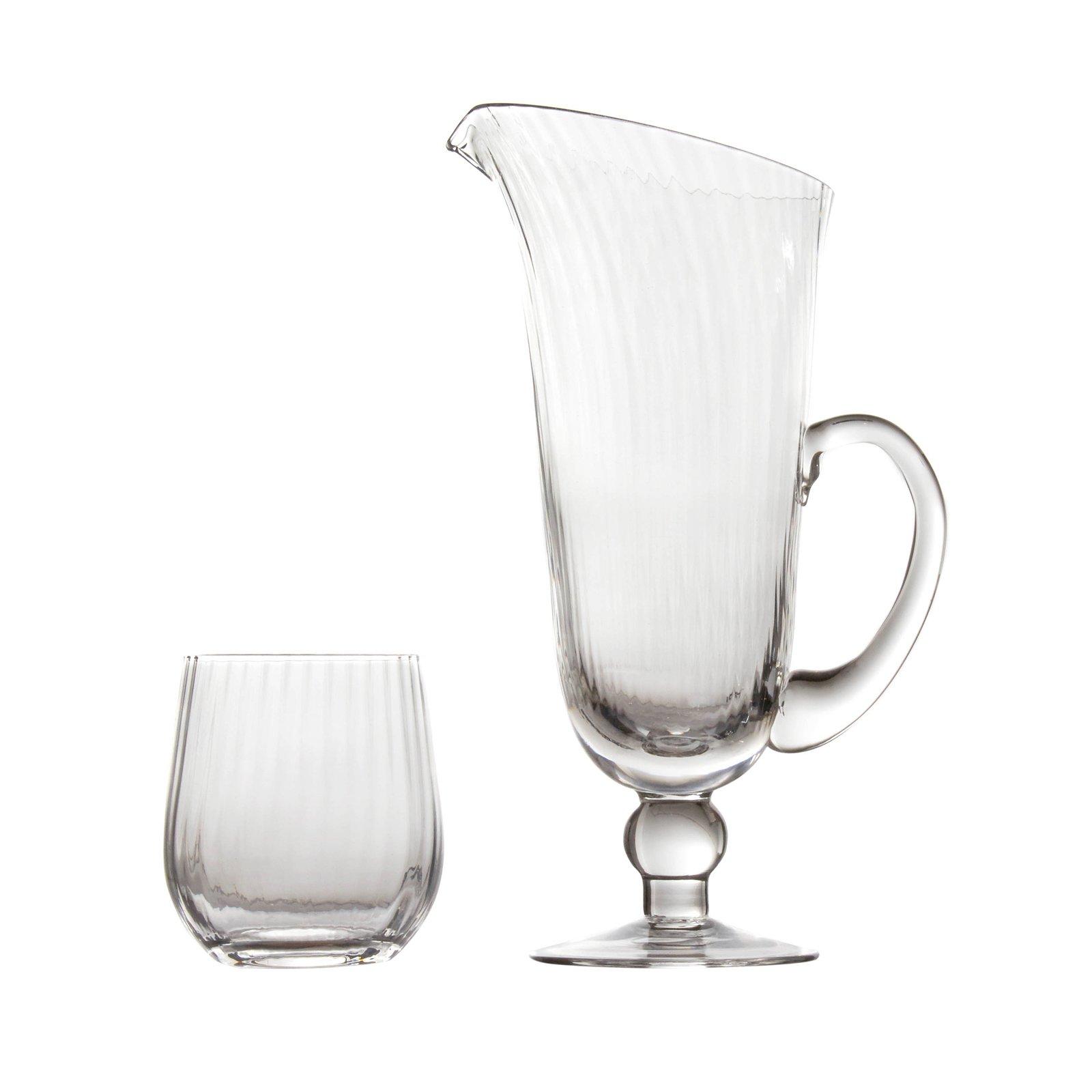 Il bicchiere e la caraffa con piede di Coincasa sono interamente realizzati in vetro trasparente e hanno una forma classica e raffinata che li rende pezzi senza tempo. Prezzo rispettivamente 5,90 euro e 29,90 euro. www.coin.it