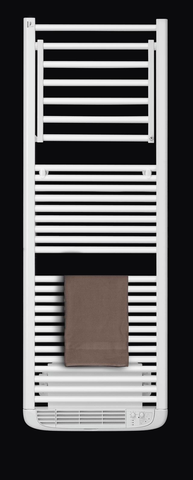 """Dryer Plus di Deltacalor: prodotto multifunzione """"3 in 1"""", che ribaltando a squadra il suo diffusore si trasforma in un utile e pratico stendino asciuga biancheria. Il tasto Dryer aziona termoventilatore estremamente silenzioso e veloce che, unito al deflettore orientabile in più posizioni da 0 a 90°, permette di ottimizzare la convezione dell'aria mentre il tasto Boost attiva una ventilazione più diffusa nell'ambiente permettendo un riscaldamento uniforme del bagno."""