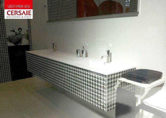 Mobile Monolite di Antonio Lupi con lavabonel nuovo materialeFlumoode rivestimento in lastre di gres serie Shades di SilCeramiche