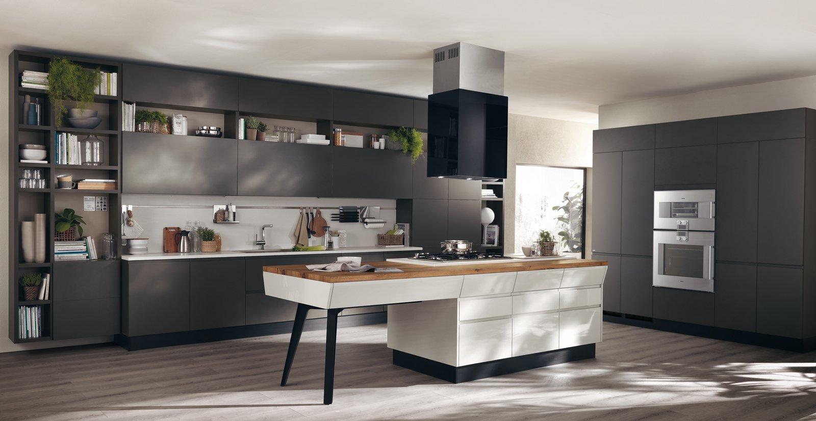 Cucina con isola e tavolo estraibile, integrata nell\'area living