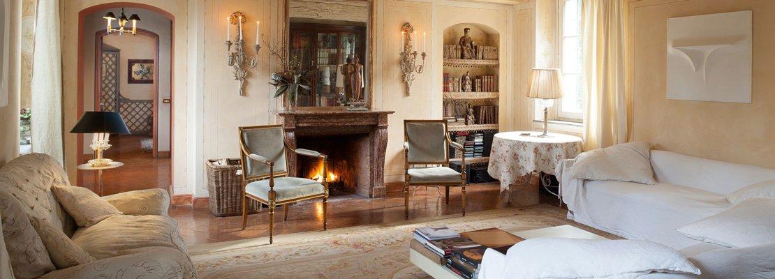 Da cascina a casa chic con travi a vista e soffitti for Case moderne classiche