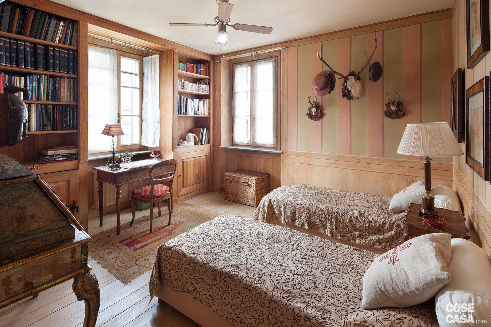 Letto Tra Due Finestre : Da cascina a casa chic con travi a vista e soffitti spioventi