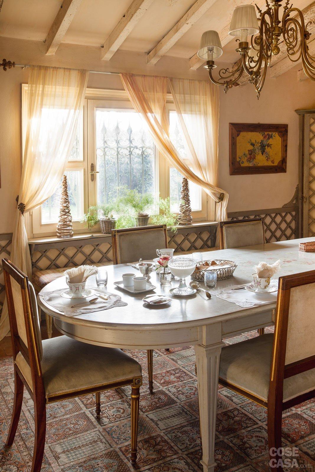 Good la luminosa sala da pranzo arredata con un gusto rtro for Colori per sala