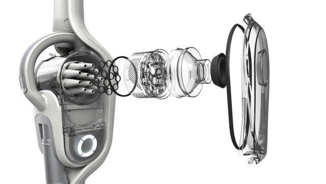 L'azione dei 12 cicloni trattiene anche le particelle di sporco più piccole nel contenitore evitando la perdita di forza di pulizia e, in combinazione con la tecnologia al litio, mantiene costanti le prestazioni durante le attività di pulizia. Le particelle di sporco più grosse aspirate insieme all'aria ricadono sul fondo del contenitore per effetto della forza centrifuga, mentre le restanti particelle di sporco più fini sono separate dall'aria attraverso il sistema muiticiclonico che le trattiene nel contenitore. L'aria continua poi il suo percorso in uscita.Altra caratteristica è l'esclusiva spazzola motorizzata di elevata qualità che raccoglie anche i residui di sporco più difficile al primo passaggio. La spazzola, dorata di speciali setole in nylon, permette di pulire tutte le superficie, dai tappeti al pavimenti più delicati. Inoltre la testa pulente è sigillata per evitare di avere perdite di potenza del flusso di aspirazione, contribuendo a mantenere sempre elevate le prestazioni. Le scope ricaricabili con Ora Technology di Black+Decker sono disponibili in due diversi modelli da 32,4v e 21.6v dal design elegante e bilanciato, entrambi multifunzione che da pratica scopa a batteria si trasformano in comodo aspiratutto portatile. In base al modello scelto infatti le scope ricaricabili con Ora technology si caratterizzano da una bocchetta flessibile integrata che si estende fino a 80 cm, per raggiungere anche aree inaccessibile oppure dai kit di estensione per arrivare anche negli angoli della casa più alti e difficili.