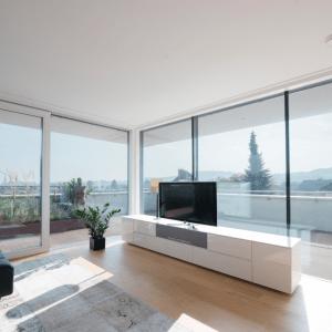 Ambientazione con serramenti Internorm  KS430, l'alzante scorrevole in PVC e PVC/alluminio con valori di isolamento da finestra a battente