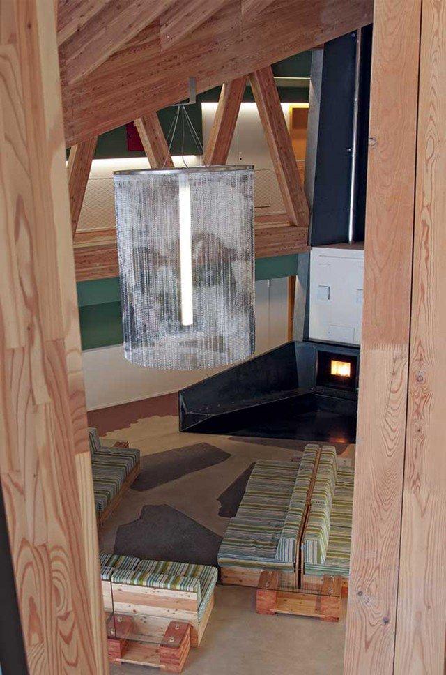 Il camino Vivo 80 pellet di MCZ è stato installato nella hall di un albergo design. E' stato scelto appositamente per non impegnare troppo il personale, visto che è sufficiente caricarlo una volta al giorno. Il pellet, poi, brucia completamente, lasciando pochissimi residui, e pulire il braciere non porta via più di un minuto. Per maggiori informazioni http://www.yourfire.com/it/un-albergo-da-premio