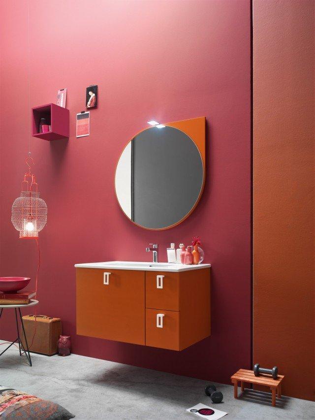 Tinta Larice Mattone per la composizione ARC 1506021 e.Ly 52 di Arcom con specchiera Swing e faretto Ridley. Il lavabo consolle Drop 86 è in ceramica. Misura L 85 x P 51 cm.