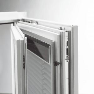 La doppia finestra con veneziana integrata, soluzione che protegge l'oscurante da urti e polvere
