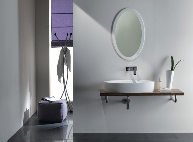 Si adatta a qualsiasi tipo di bagno lo specchio ovale di Ponte Giulio con cornice in Corian®. Misura L 50 x H 80 cm. Prezzo, Iva esclusa, 455 euro. www.pontegiulio.it
