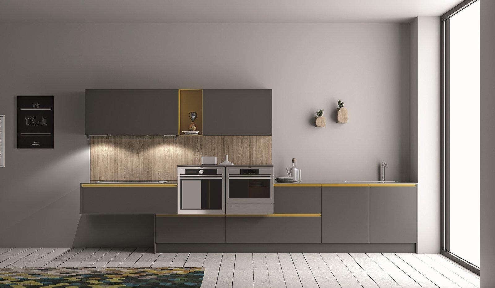 Cucine con elementi colorati mensole vani a giorno profili cose di casa - Mensole cucina moderna ...
