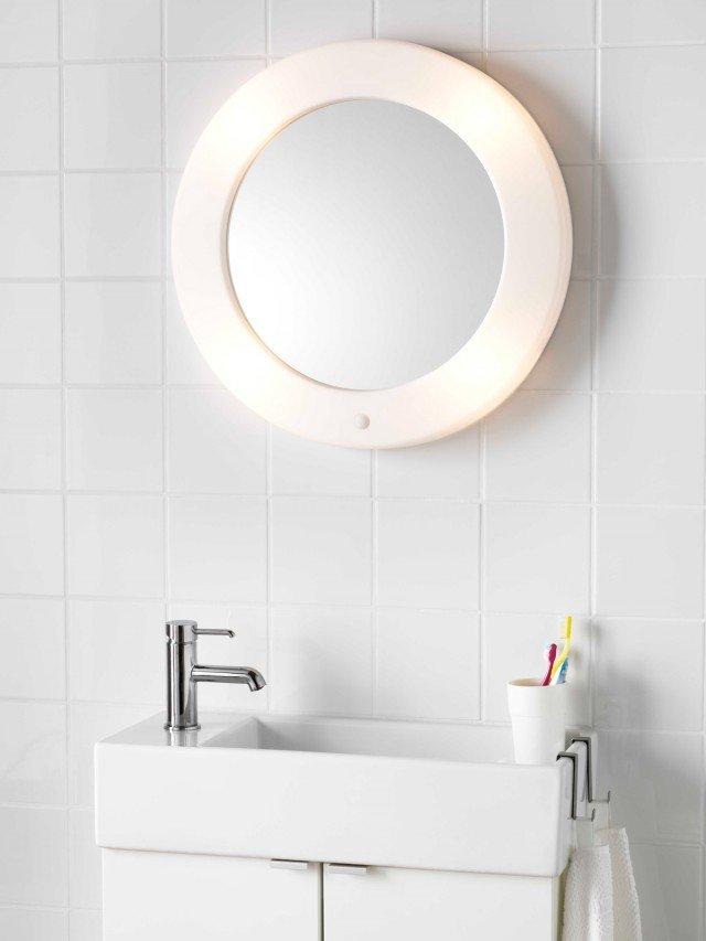 Ha illuminazione integrata lo specchio ovale Lilljorm di Ikea Italia Retail privo di piombo. L'interruttore è sullo specchio. Misura L 55 x H 56 cm. Prezzo, lampadine escluse, 37,99 euro. www.ikea.it