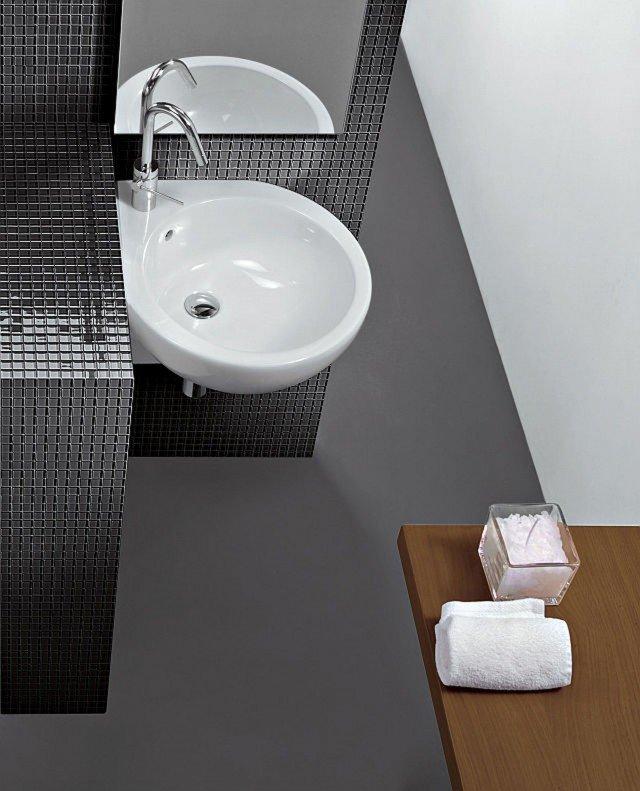 Ha bacino rotondo il lavabo angolare You&Me di Hatria dalle forme morbide ed essenziali. In ceramica bianca sanitaria, è dotato di troppopieno. Misura L 46 x P 46 cm. Prezzo su richiesta. www.hatria.com