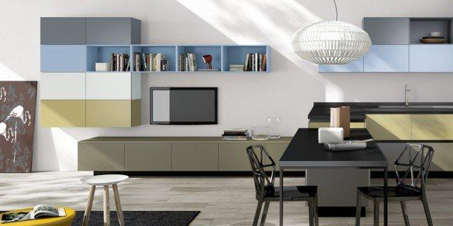 Cucine con elementi colorati: mensole, vani a giorno, profili