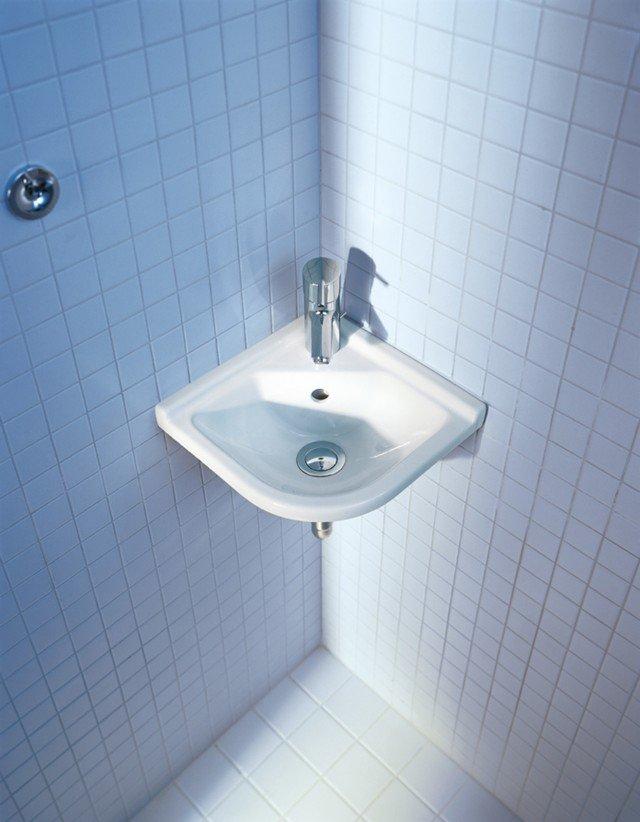 È disegnato da Philippe Starck il lavabo ad angolo Starck 3 di Duravit dalle linee arrotondate in ceramica bianca e con troppopieno. Misura L 43 x P 38 cm. Prezzo 142 euro. www.duravit.it