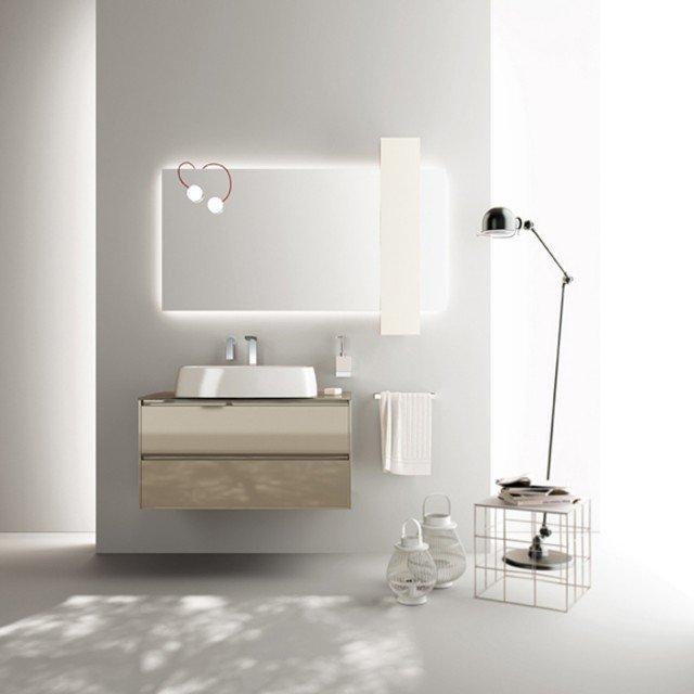 Fa parte della collezione Rivo di Scavolini Bathrooms la specchiera con pensile Pivot in laccato opaco bianco Prestige e lampade Magnetique. Misura L 150 x H 75 cm. Prezzo su richiesta. www.scavolini.com