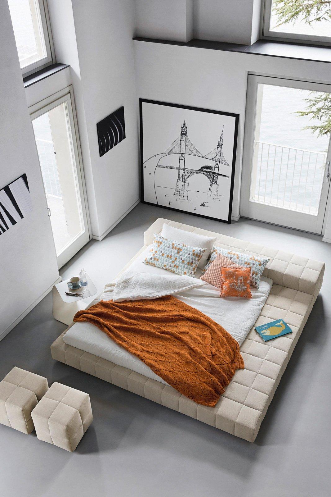 Letti tessili a parete e anche a centro stanza cose di casa - Divano al centro della stanza ...