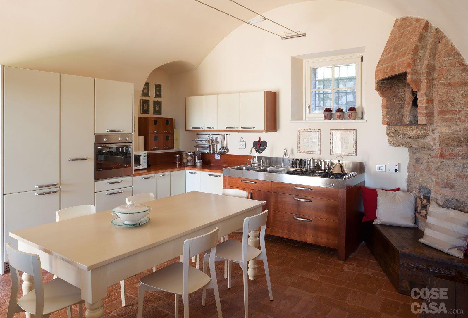 Una casa con ambienti moderni a sfondo rustico cose di casa for Piccoli piani di casa con un sacco di finestre