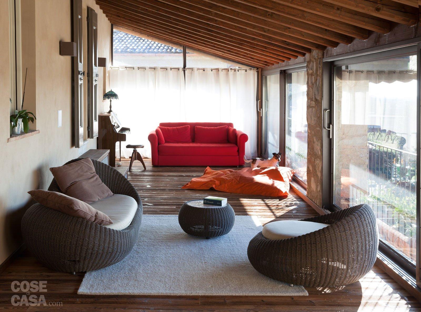 Una casa con ambienti moderni a sfondo rustico cose di casa for Arredamento per piccoli ambienti