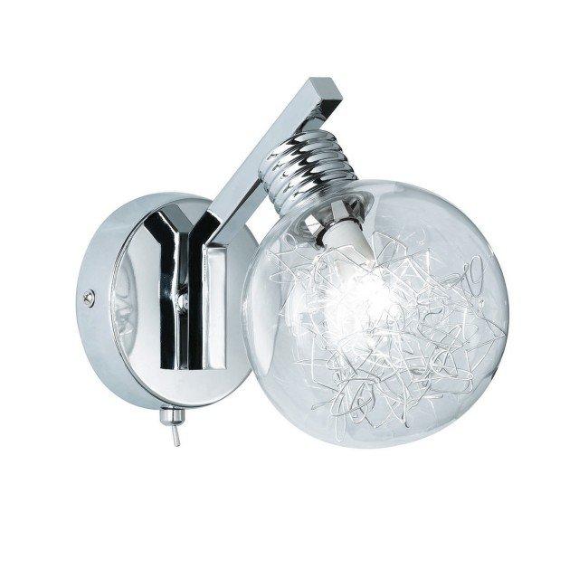 Ricorda un piccolo lampioncino l'applique Fero di Le Roy Merlin. È dotata di lampadina alogena ma grazie a degli inserti filamentosi metallici ricorda la vecchia lampadina a incandescenza. Misura L 19,5 x P 29 X H 19 cm, la base ha un diametro di 12 cm. Prezzo 37,90 euro. www.leroymerlin.it