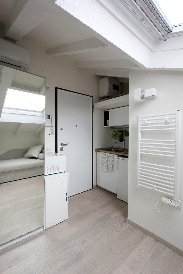Per la mini mansarda tanto bianco superfici a specchio mobili trasformabili cose di casa - Mobili x mansarda ...