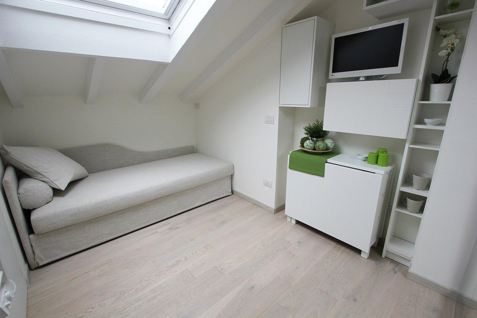Per la mini mansarda: tanto bianco, superfici a specchio, mobili ...
