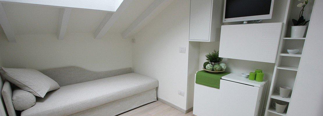 Per la mini mansarda tanto bianco superfici a specchio mobili trasformabili cose di casa - Mobili a specchio ...