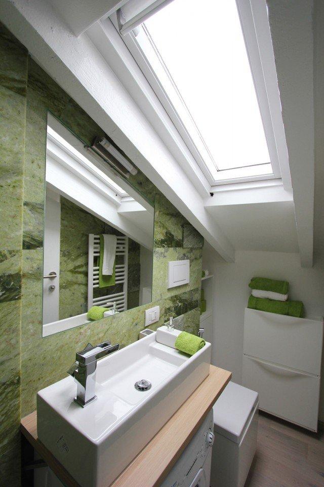 Per la mini mansarda tanto bianco superfici a specchio mobili trasformabili cose di casa - Pareti a specchio ...