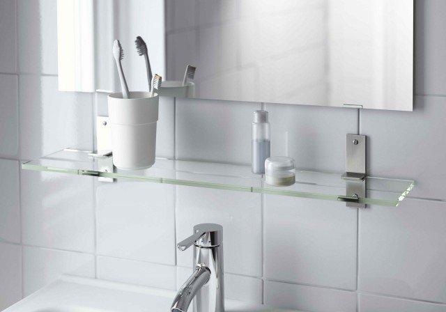 È molto resistente la mensola in vetro temperato Grundtal di Ikea Italia Retail adatta a qualsiasi ambiente bagno. Misura L 60 x P 12 cm. Prezzo 16,99 euro. www.ikea.it