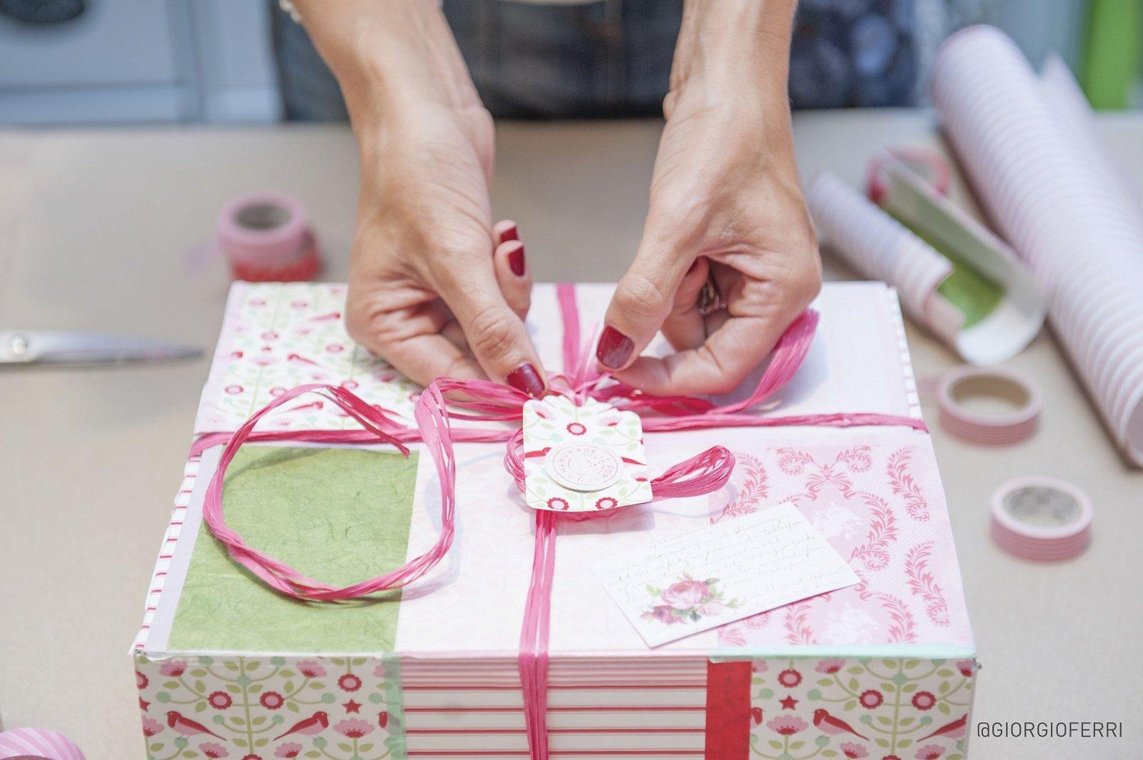 Come trasformare una scatola di cartone in un raffinato pacchetto regalo - Cose di Casa