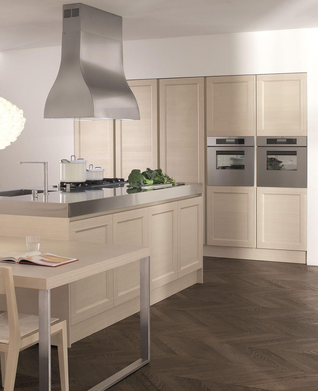 Cucine con cappa decorativa cose di casa for Cucine classiche con isola