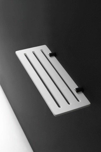 Realizzata in Corian® DuPont™, la mensola bianca della collezione Blend di La Progetto è morbida al tatto. Leggera e di forma lineare, ha elemento di fissaggio in ottone cromato. Misura L 30 x P 11,5 x H 2 cm. Prezzo, Iva esclusa, 82,50 euro. www.laprogetto.it