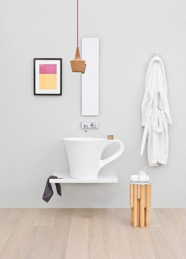 È in ceramica bianca la mensola Breakfast di The.Artceram (design Meneghello Paolelli Associati) su cui poggia il lavabo Cup. Misura L 75 x P 45 x H 10 cm. Prezzo 256 euro. www.artceram.it