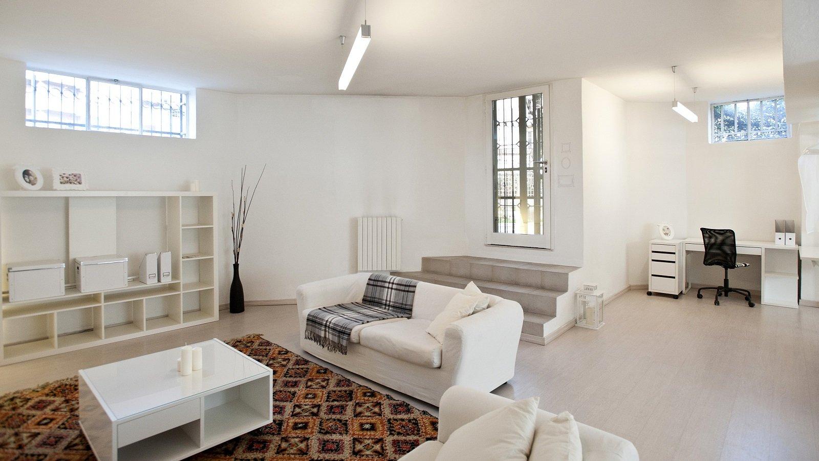 Mini loft al piano terra pi luce nell 39 open space con le for Un garage per auto con appartamento
